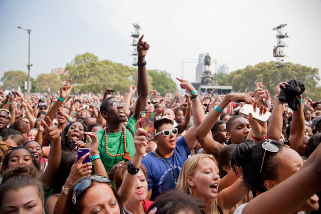 Music lovers crowd Philadelphia's Benjamin Franklin Parkway for Budweiser Made In America