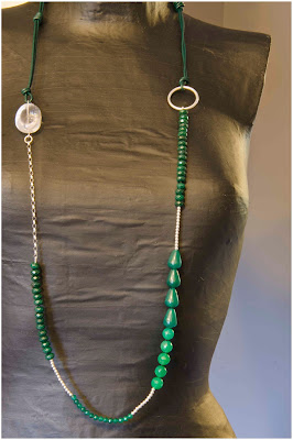 Collar de plata y jade verde montado en cuero