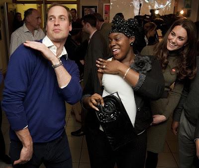 principe guillermo bailando con una joven negra en una cena de caridad en londres