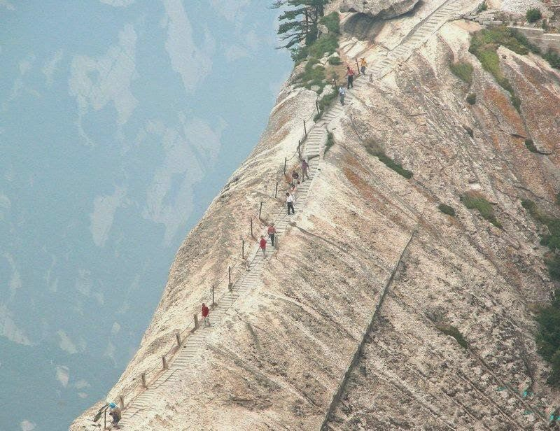 the top view showing people are climbing up the Mt. Hua Shan, so curious about what is at the peak