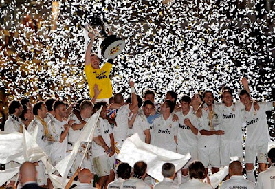 Casillas holds the trophy of Liga champions 2011-2012 with all his teammates