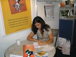 Autografando no lançamento do livro Puny