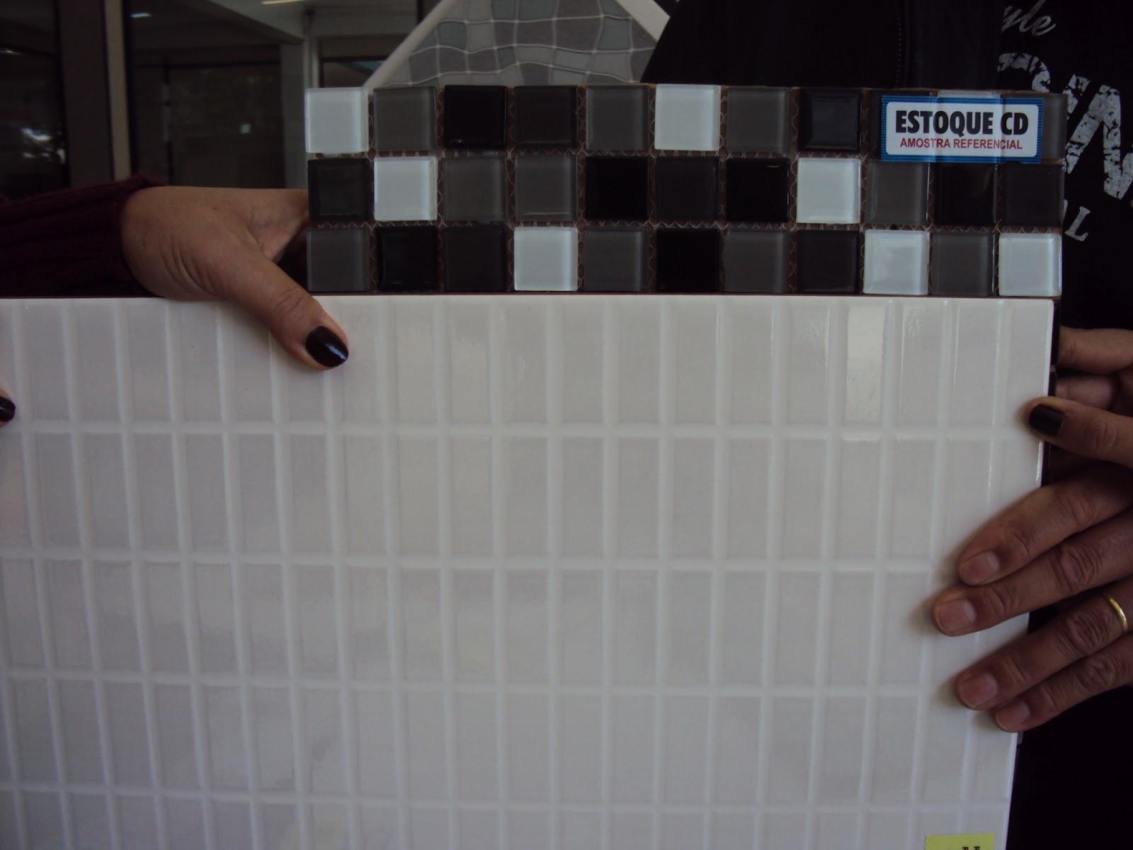 Construindo Pisos e Revestimentos -> Banheiro Com Duas Faixas De Pastilha