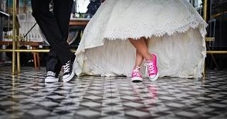 los pies de la novia y novia calzados con deportivas