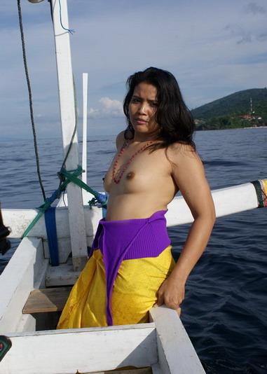 cewek mantap foto anisa nude model bali pose di pantai 3