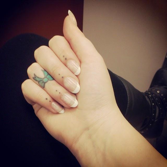 chica con los dedos tatuados 9