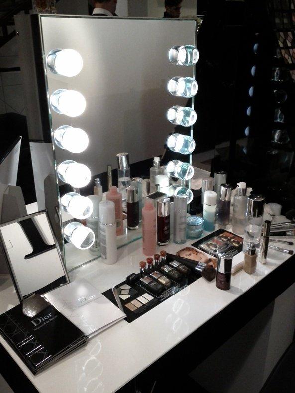 Diorskin nude e la dramming fountain presso il pop up - Specchio con lampadine ...