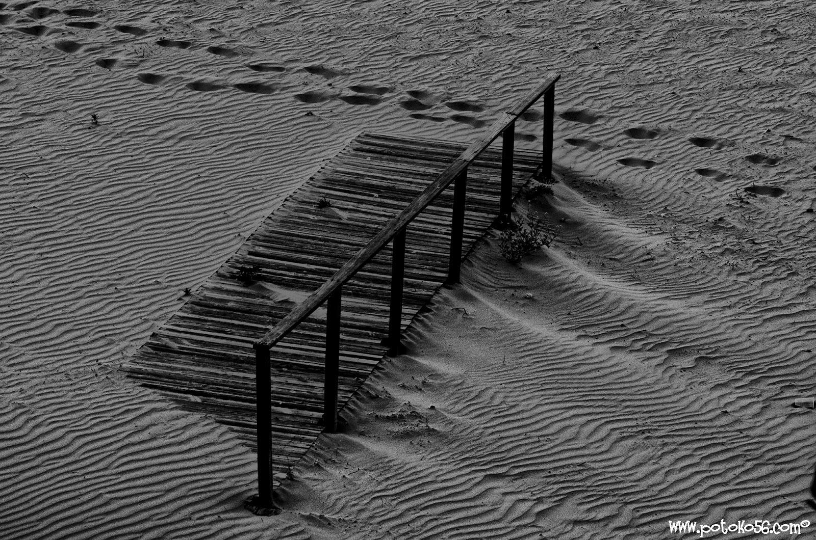 una de las pasarelas en la playa del chorrillo con el viento de levante Rota