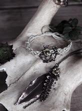 Vi har ett brett sortiment av Lotta Djossou smycken i butiken