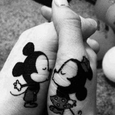 Tatuaje para novios en las manos
