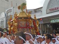 與丁と呼ばれる法被姿の担ぎ手たちは寺町通を下がった。
