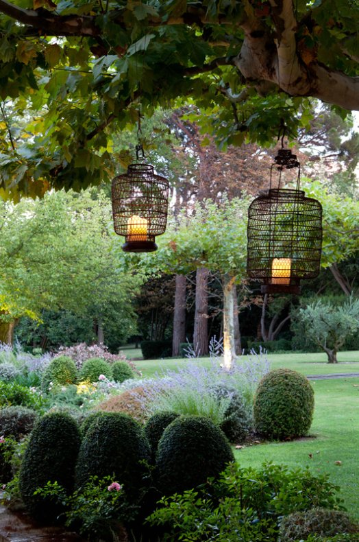 farolillos en el jardin lanterns in the garden