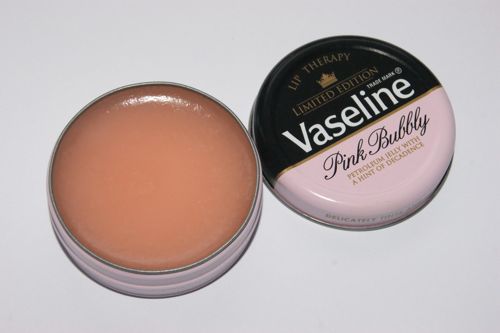 http://4.bp.blogspot.com/-H_H3u_OJQsY/UFs3mQ6L_jI/AAAAAAAAcjI/0eFKuZLYpjc/s1600/Vaseline+Pink+Bubbly+Lip+Therapy+Review+003.jpg