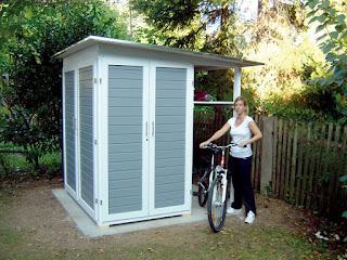 Zwei Fahrräder im Fahrradunterstand hat das moderne Gerätehaus