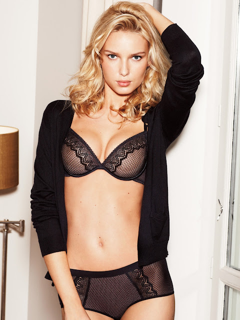 Wonderbra model in black lace set