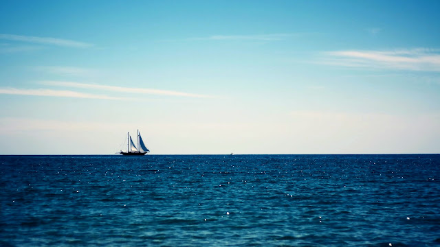 Ship sailing in the blue sea wallpaper