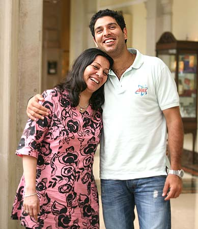 Yuvraj-Singh-and-mother-Shabnam-Singh jpgYuvraj Singh Father And Mother