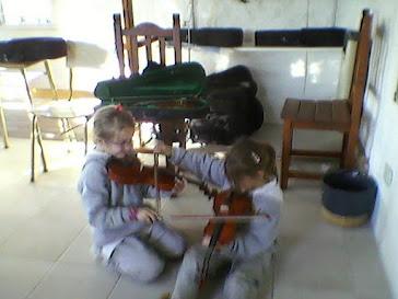 Renata y Sofy jugango y tocando