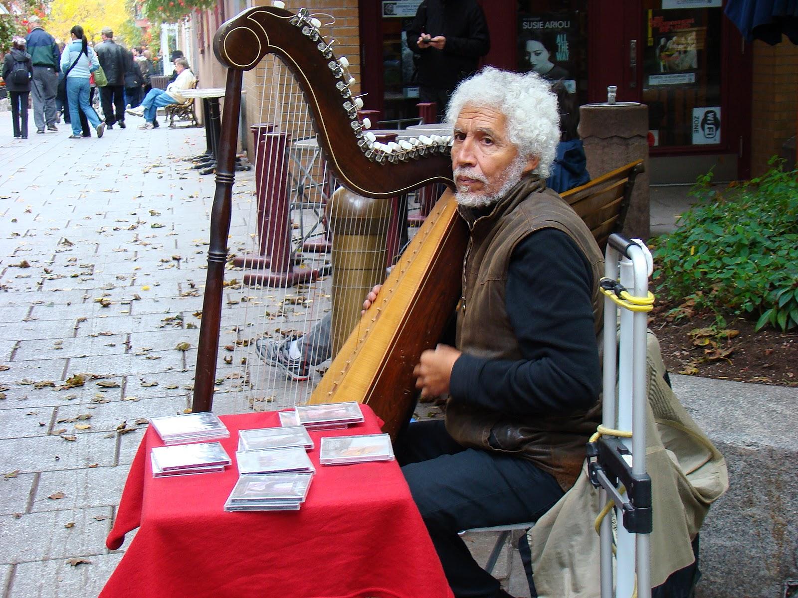 В историческом центре можно встретить множество музыкантов, художников и ремесленников