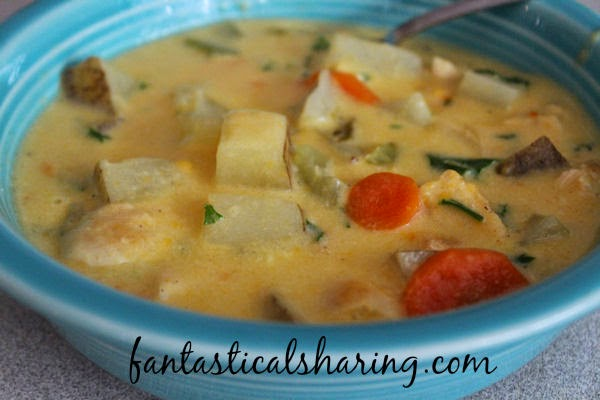 Chicken & Potato Chowder | It's not just cheesy potato soup - there's chicken  in there too! #soup #chicken #potato #maindish