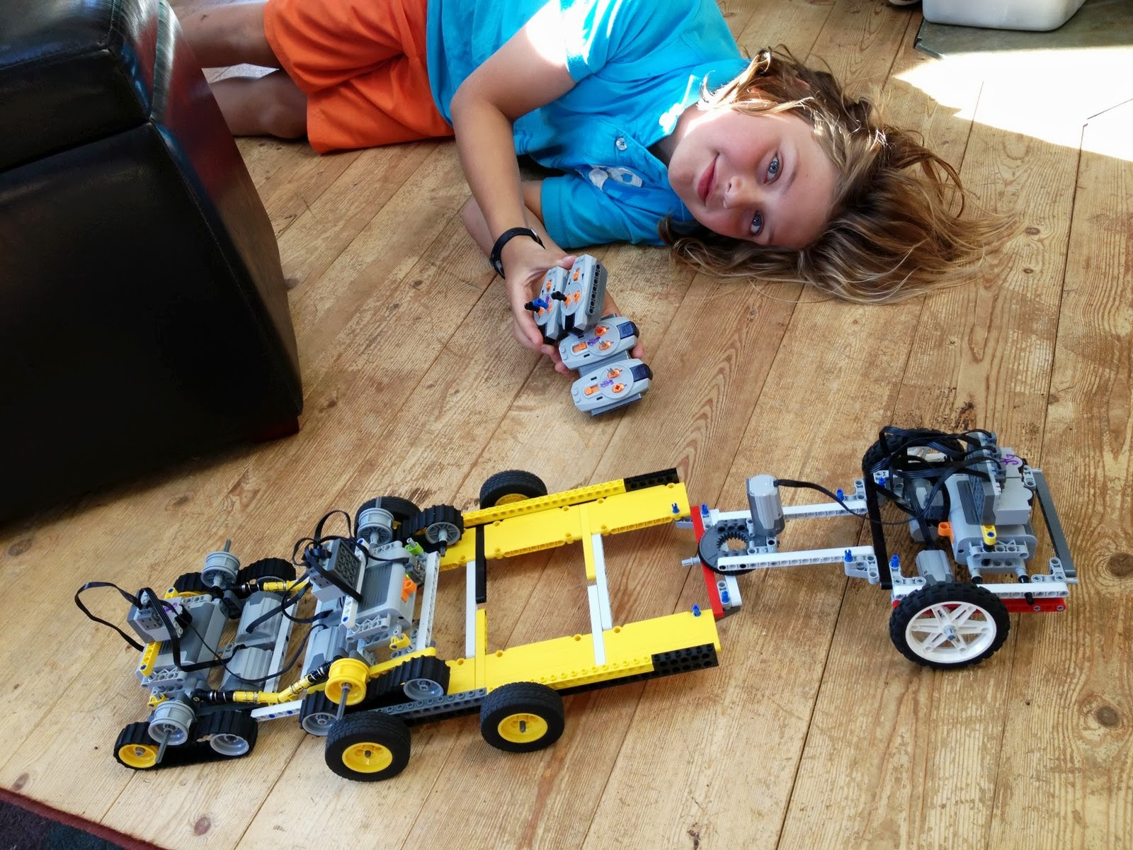 Hobbs jobs lego rc track crawler with rc trailer for Lego entwickler job