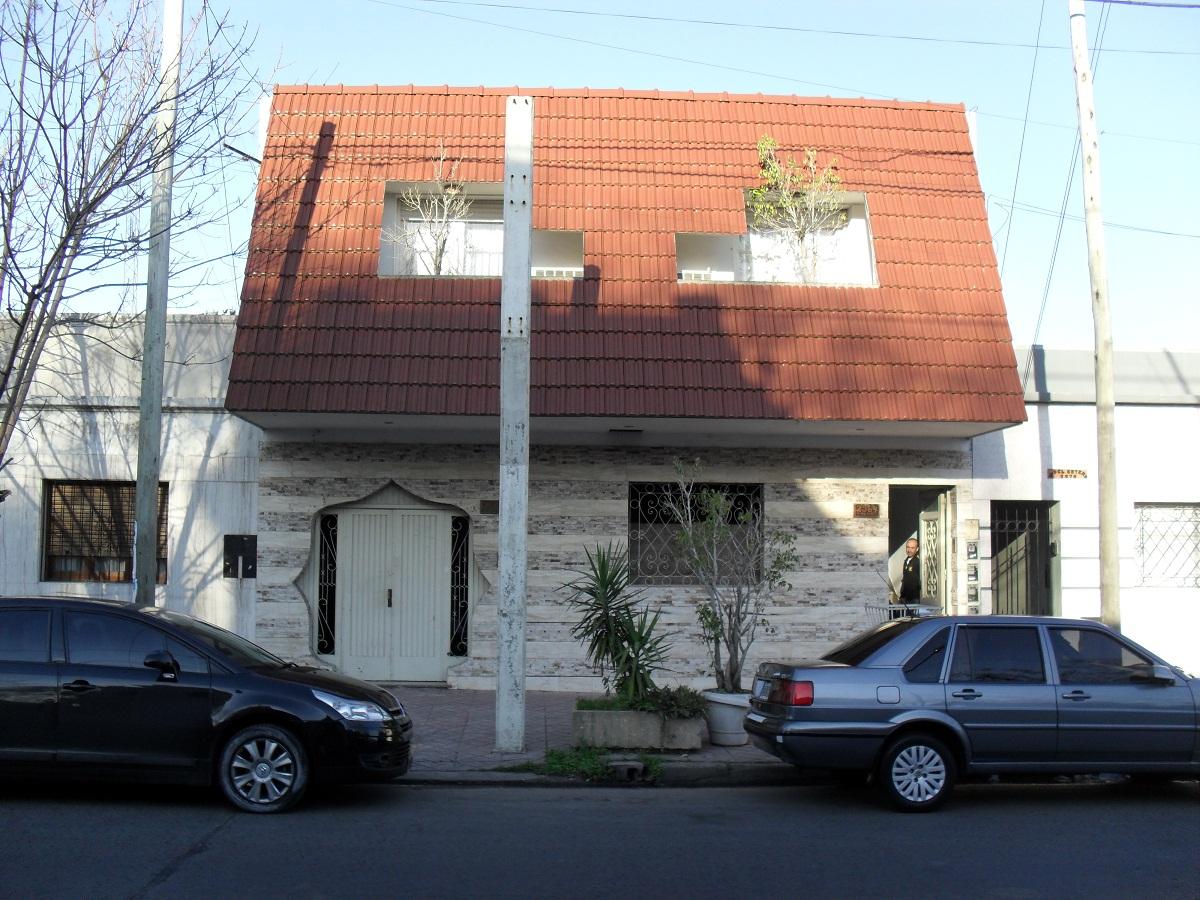 Lanusland casa con ventanas en el techo y puerta original for Ventana en el techo