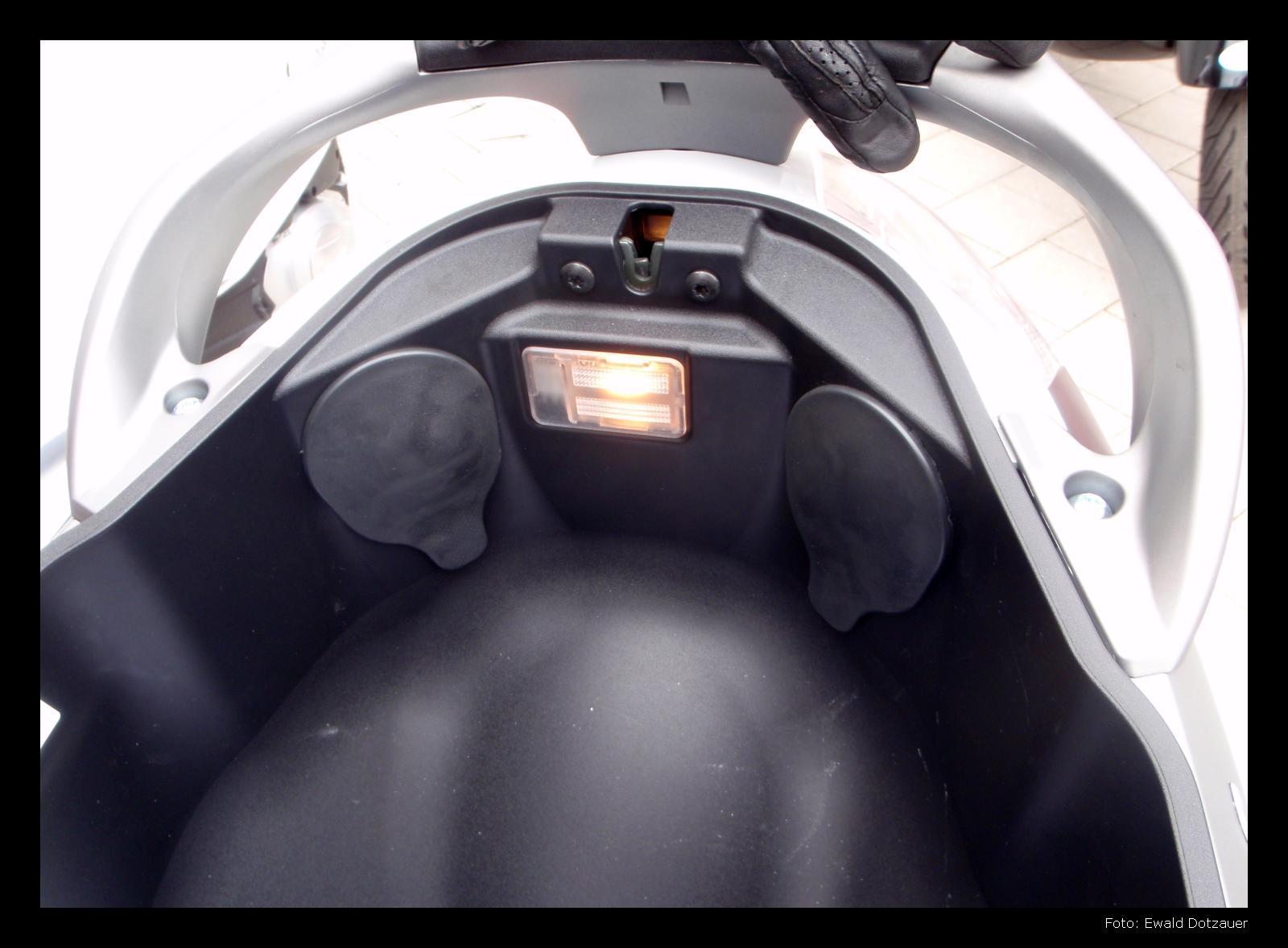 vespa menschen beverly sport touring 350 von piaggio mit abs und asr. Black Bedroom Furniture Sets. Home Design Ideas
