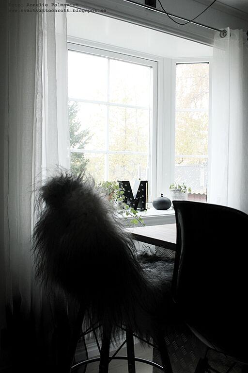 isländskt fårskinn, skinn, webbutik, webbutiker, webshop, inredning, inredningsdetaljer, bokstavslampa, bokstavslampor, svart, svart och vitt, kök, köket, kökets, barstol, barstolar, köksö, dip dye gardin,