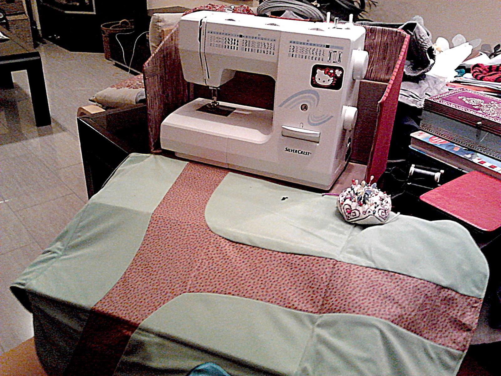 Una funda para la m quina de coser con la granja de - Mesa para maquina de coser ikea ...