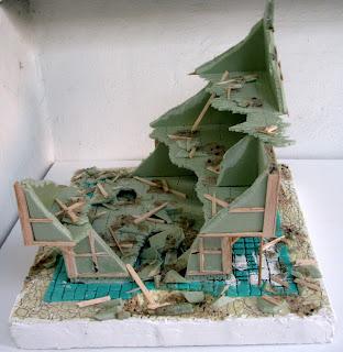 Makieta budynku do gier bitewnych. Materiały widoczne na zdjęciu: balsa, styrodur, polistyren.