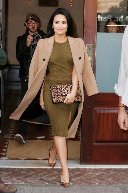 Fantasy Fashion Design Demi Lovato Vestida De Alice Olivia En Una Salida Casual Por La Ciudad