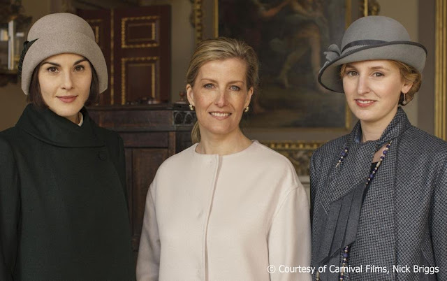 The actresses Elizabeth McGovern, Laura Carmichael, Michelle Dockery and Sophie McShera as well as the actor Hugh Bonneville and Sophie Countess of Wessex appear in the photo