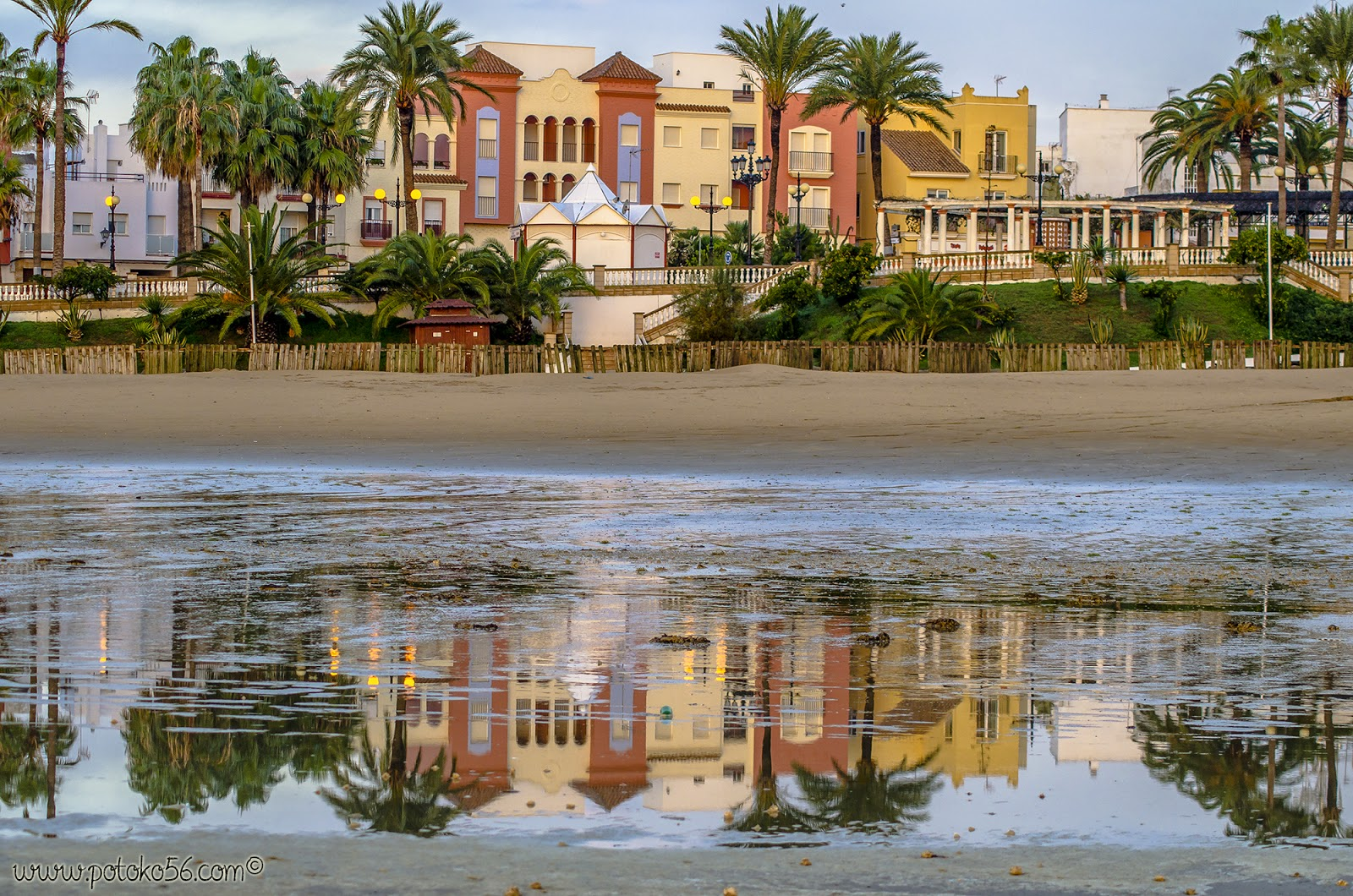 Reflejos en la orilla de la playa del Chorrillo en Rota