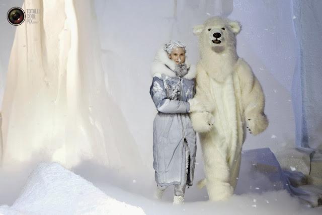 Модели демонстрируют наряды из коллекции осень\зима 2013\2014 итальянского дизайнера Valli на Неделе моды в Париже. (Gonzalo Fuentes/REUTERS)