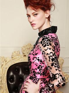 Vestido de cuello alto, mangas largas y capa traslúcida superior con flores