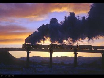 Loc. de vapor transportando tren de mercancias