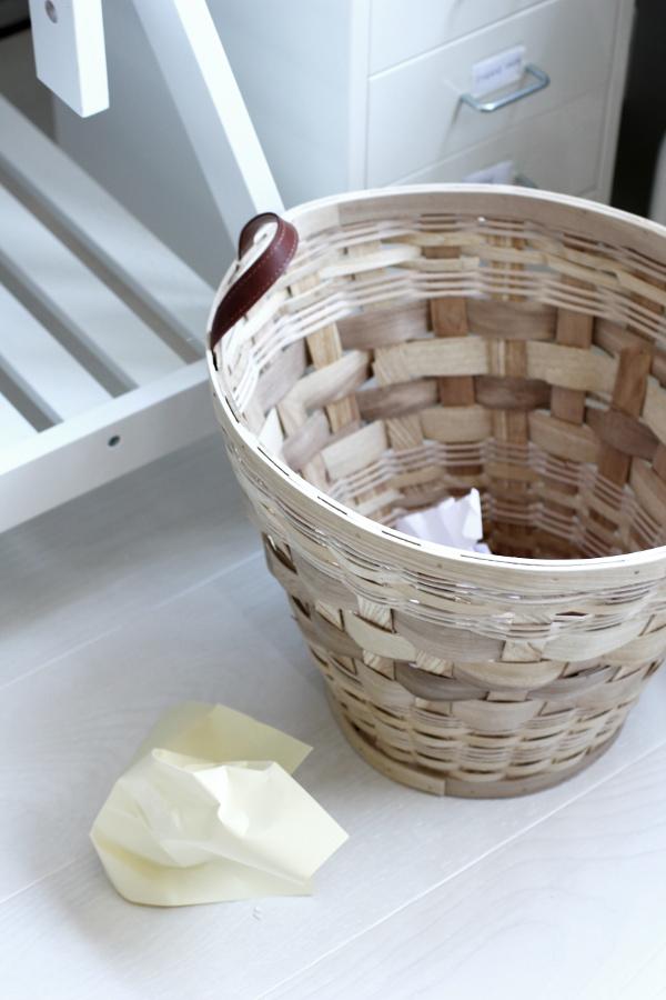 vit parkett, takett ask pearl white, renoverat arbetsrum, korg i naturfärg från em möbler, plåtskåp ikea