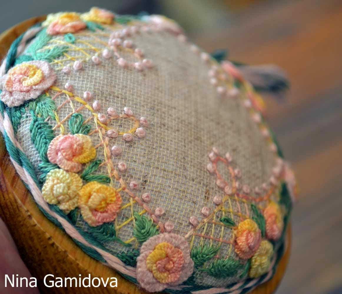 Вышивка декоративными швами. Игольница на деревянной основе.