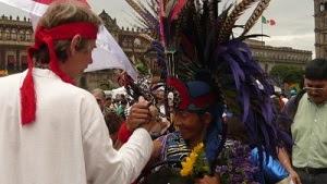 7e6d6c604cfc8d La Cérémonie se déroula sur la Place du Zocalo   elle comportait plusieurs  cercles avec de très nombreux danseurs et danseuses « sacrés » de la  Tradition ...