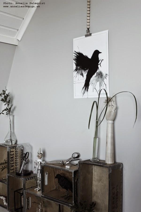svart och vitt, svartvit tavla, svartvita tavlor, pinocchio i silver, lådvägg, trälådor mot väggen, hylla, ateljé, ateljén, svart fågel, konsttryck, poster, posters, print, prints, artprint, artprints, korp, korpar, webbutik, webshop