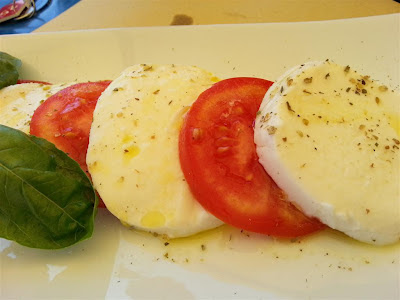 caprese di pomodori mozzarella e basilico