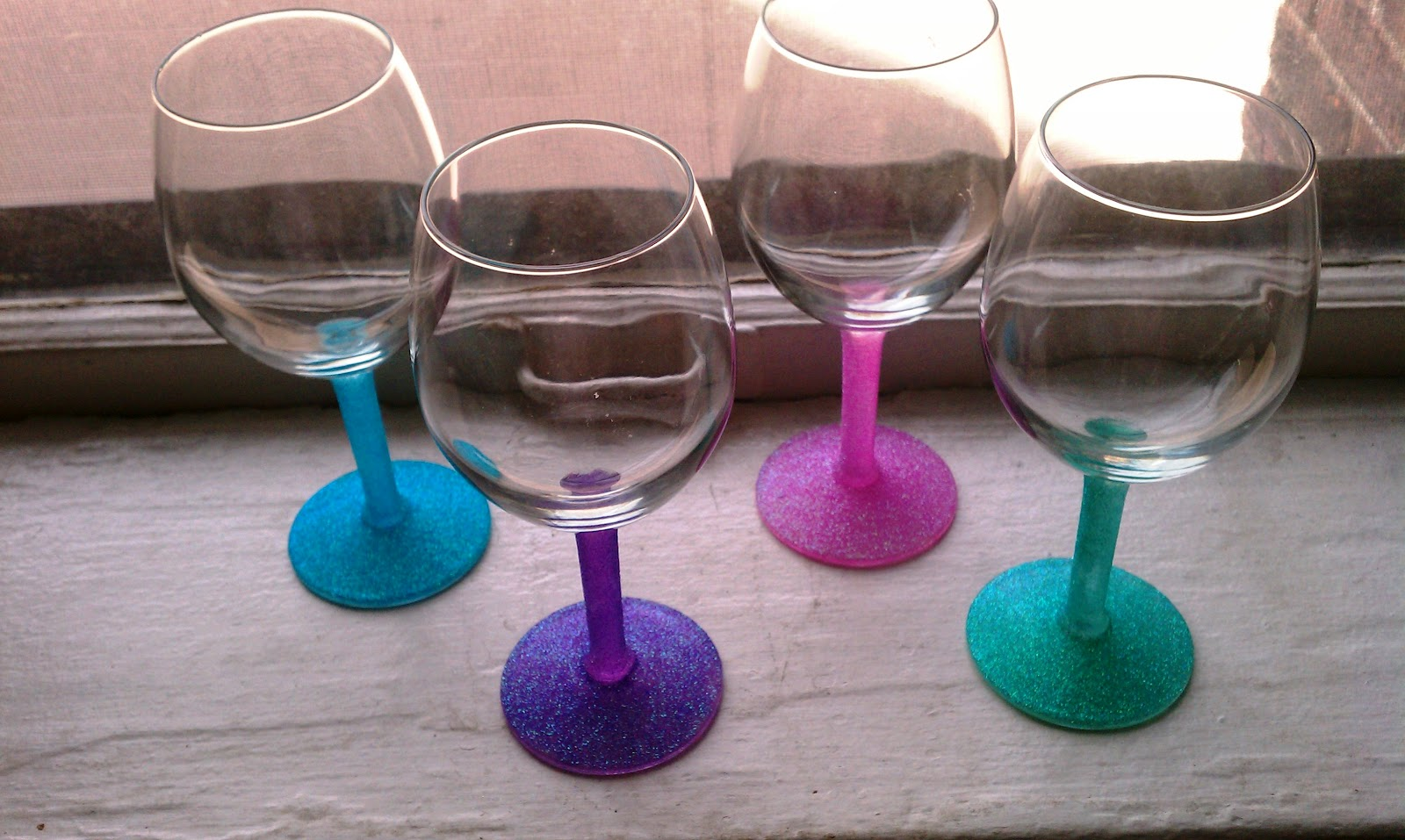 Cupcakes couture diy glitter wine glasses for Diy painted wine glasses