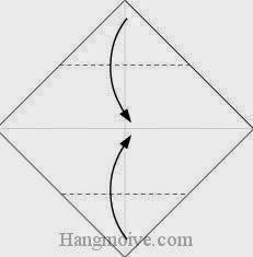 Bước 2: Gấp hai góc trên, dưới của tờ giấy vào trong