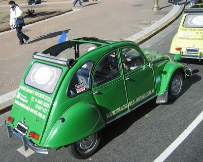 Já imaginou conhecer os lugares mais interessantes de Buenos Aires a bordo de um Citroën 3CV? Este é justamente o serviço que a Buenos Aires Vintage oferece. O pequeno carrinho, de apenas dois cilindros e motor de pouco mais de 600 cm³, foi lançado como 2CV na França em 1948 e teve boa aceitação na Argentina, onde foi fabricado até 1979. O teto removível garante diversão e romantismo.