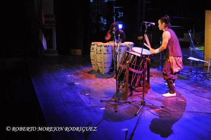 Takumi Kato (D), interprete de tambor tradicional japonés, y el percusionista cubano Yaroldy Abreu Robles (I)
