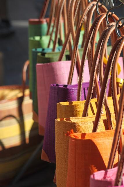 Basttaschen auf einem Wochenmarkt in der Provence