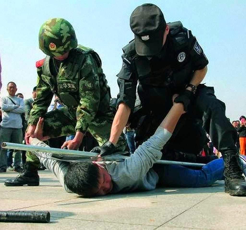 Policiais fazem treinos dissuasórios na estação de trem de Yiwu, no estado de Zhejiang