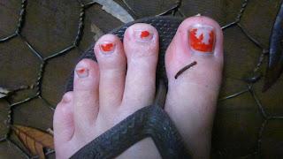Dass meine Zehen so bloed aussehen, kann ich erklaeren... ich musste naemliche einen Traktor m,it irgendwelchen Chemikalien putzen... und ich war ganz viel im Wasser, deswegen ist der Nagellack so haessich :)