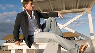 Homem usando sandália e roupa social - Pés Masculinos