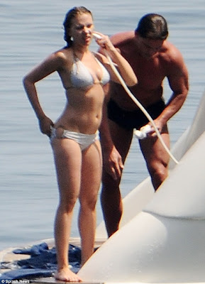 scarjo en un sexy bikini en italia 2012